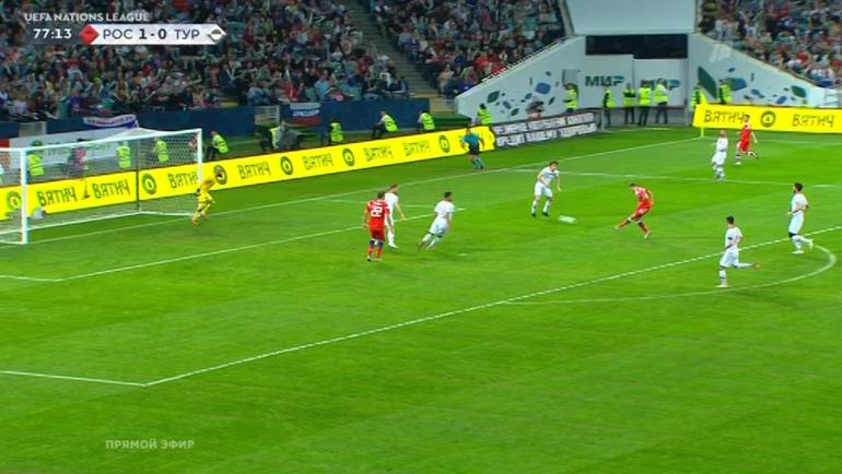 Денис Черышев отправляет мяч в ворота.