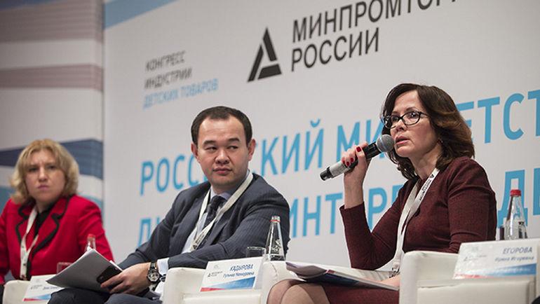 Денис Пак - в центре. Фото minpromtorg.gov.ru
