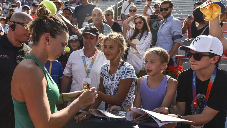 Симона Халеп раздает автографы после победы в финале турнира в Монреале. Фото AFP