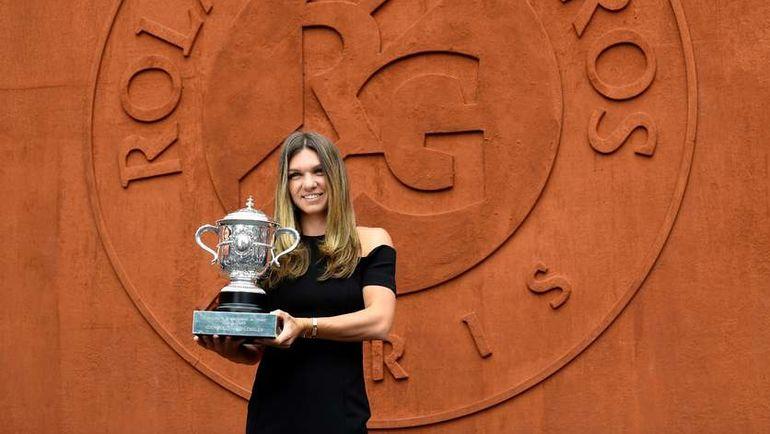 10 июня. Париж. Симона Халеп с кубком за победу на Roland Garros. Фото REUTERS