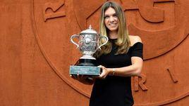 10 июня. Париж. Симона Халеп с кубком за победу на Roland Garros.
