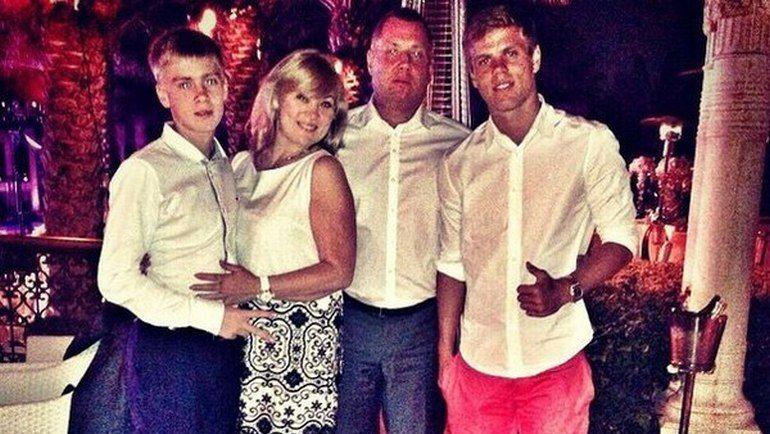Александр Кокорин (справа) с мамой Светланой, братом Кириллом и отчимом и агентом Кириллом Логиновым. Фото Инстаграм