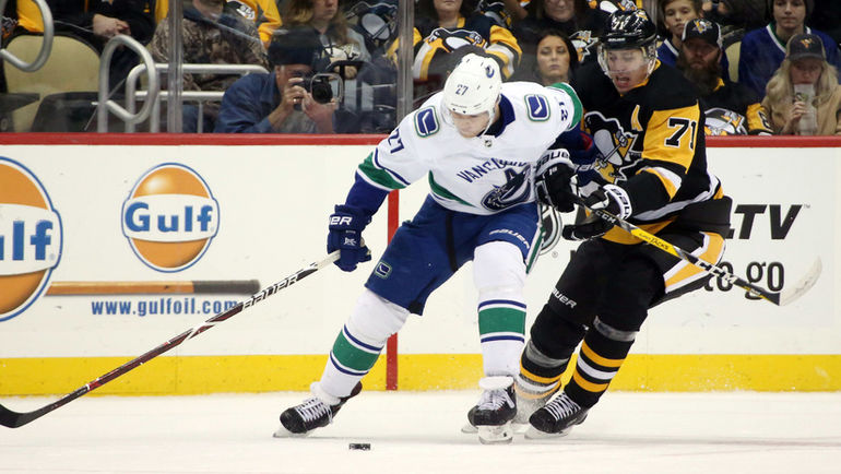 "16 октября. Питтсбург. ""Питтсбург"" - ""Ванкувер"" - 2:3. Евгений Малкин (справа)."