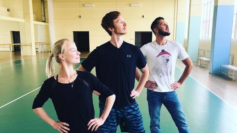 Максим Траньков (справа) со своими подопечными Евгенией Тарасовой и Владимиром Морозовым. Фото instagram.com