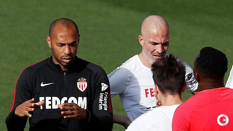 18 октября. Монако. Тьерри Анри и Александр Головин (второй справа) на тренировке клуба.