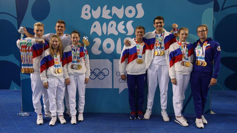 Спортсмены олимпийской команды России по плаванию с завоеванными медалями. Фото Андрей Голованов, teamrussia.pro