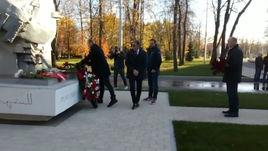 Каррера, Родионов и Измайлов возложили цветы у памятника жертвам трагедии на матче