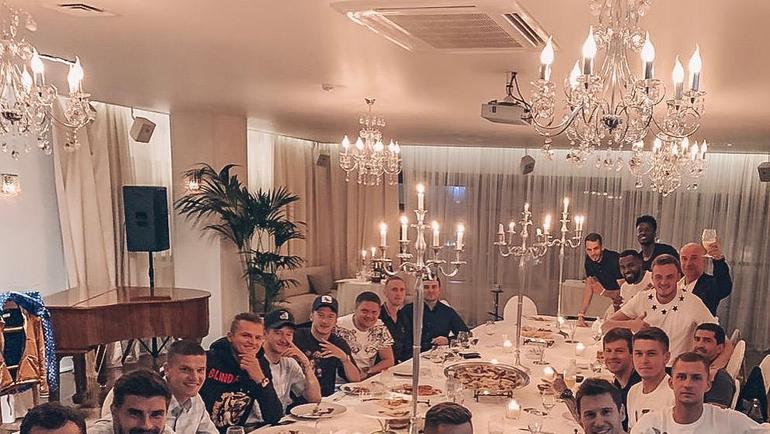 """Футболисты """"Локо"""" в ресторане. Фото Инстаграм Федора Смолова"""