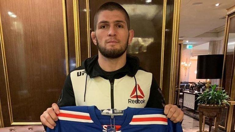 Хабиб Нурмагомедов со свитером СКА. Фото Инстаграм