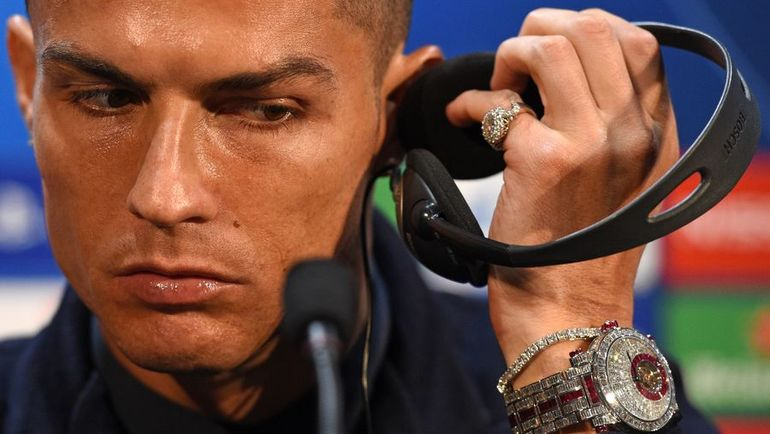 Криштиану Роналду и его часы. Фото AFP