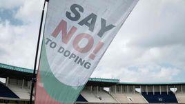 """Флаг с призывом """"Скажи нет допингу""""."""