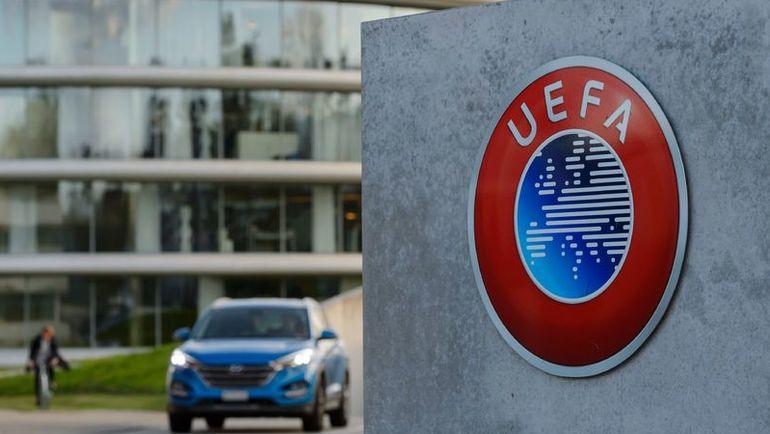 Логотип УЕФА около штаб-квартиры организации в швейцарском Ньоне. Фото AFP