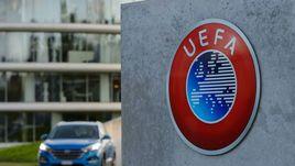 Логотип УЕФА около штаб-квартиры организации в швейцарском Ньоне.