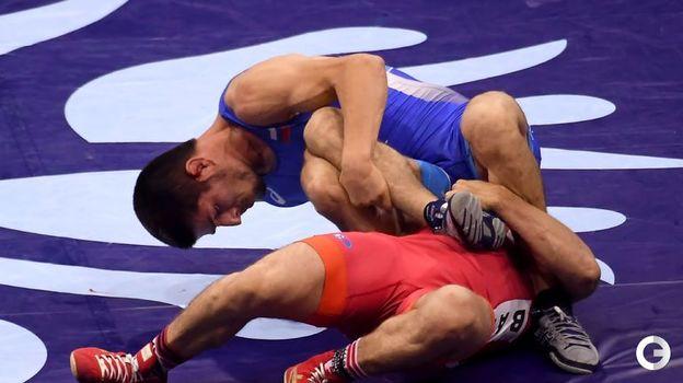 Магомедрасул Газимагомедов (в синем) - вольная борьба, до 70 кг. Фото AFP