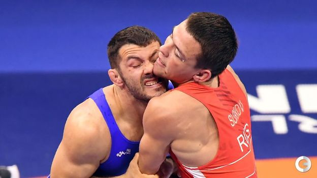 Артем Сурков (в красном) - греко-римская борьба, до 67 кг. Фото AFP