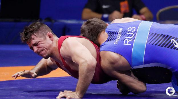Александр Чехиркин (в синем) - греко-римская борьба, до 77 кг. Фото Reuters
