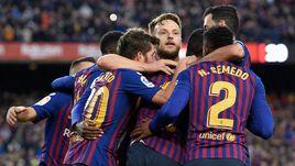 "28 октября. Барселона. ""Барселона"" - ""Реал"" - 5:1. Хозяева празднуют один из голов в ворота мадридцев."
