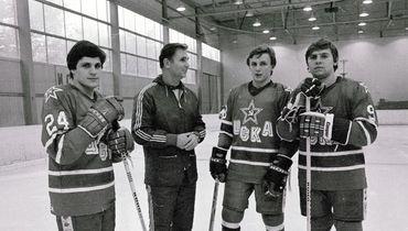 Виктор Тихонов (второй слева) и Игорь Ларионов (второй справа).