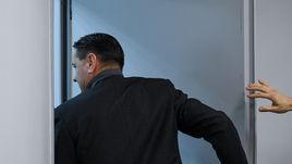 """31 октября. Москва. """"Локомотив"""" - """"Енисей"""" - 4:1. Дмитрий Аленичев покидает пресс-конференцию после поражения в кубковом матче."""