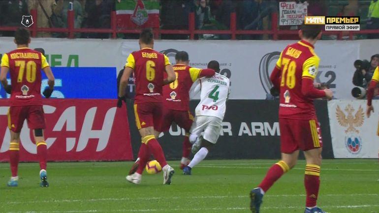 На 64-й минуте Григалава в свой штрафной площади в единоборстве с Фернандешем правой рукой толкнул соперника в шею и сбил его.
