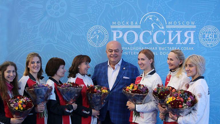 Президент РКФ Владимир Голубев с участниками сборной России по танцам с собаками. Фото Павел Разов