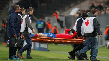 Фернандеса унесли с поля. Ему коленом в голову врезался Коларов