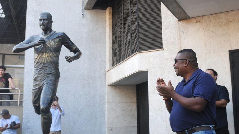 Отец Педро Роши и памятник его сыну.