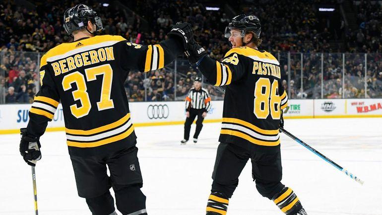 Давид Пастрняк (справа) обошел Александра Овечкина в гонке снайперов НХЛ. Фото НХЛ