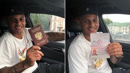 Ари с российским паспортом.