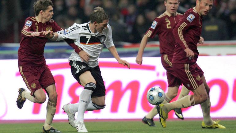 10 октября 2009 года. Москва. Россия - Германия - 0:1. Дмитрий Торбинский пытается остановить Бастиана Швайнштайгера.