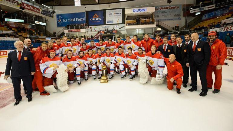 Молодежная сборная России по хоккею после победы в Суперсерии-2018. Фото ФХР