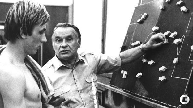 Константин Бесков дает указания Сергею Шавло.
