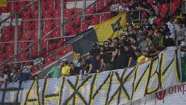 """Фанаты """"Анжи"""" с баннером в поддержку команды."""