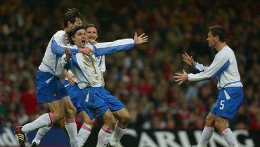 19 ноября 2003 года. Кардифф. Уэльс - Россия - 0:1. Вадим Евсеев (№2) празднует гол.