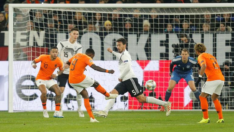 19 ноября. Гельзенкирхен. Германия - Голландия - 2:2. Гол Квинси Промеса. Фото REUTERS