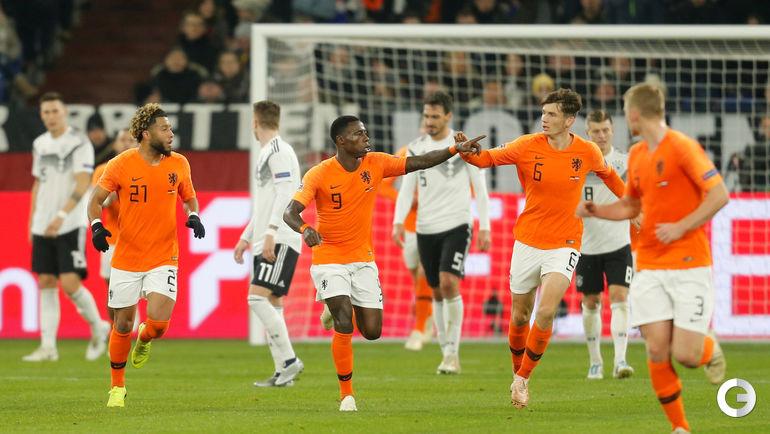 19 ноября. Гельзенкирхен. Германия - Голландия - 2:2. Квинси Промес принимает поздравления после гола.