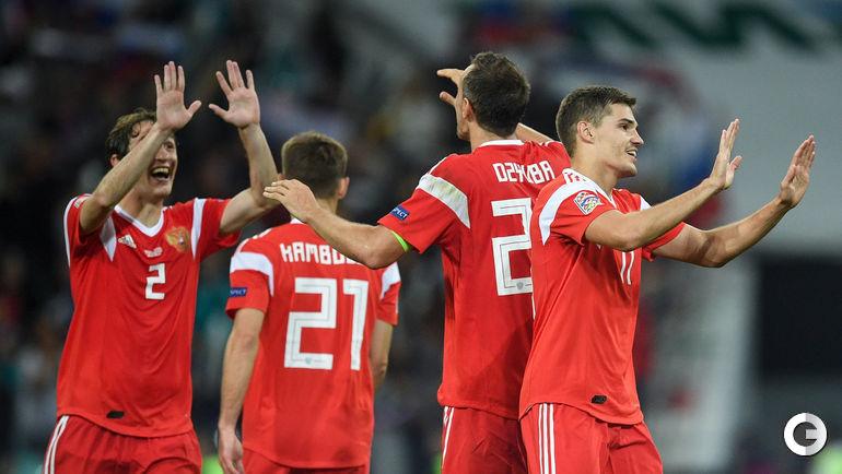 Футболисты сборной России Мариу Фернандес, Руслан Камболов, Артем Дзюба и Роман Зобнин (слева направо).