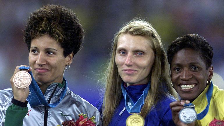 Ирина Привалова (в центре) с золотой медалью ОИ-2000 в Сиднее. Фото REUTERS