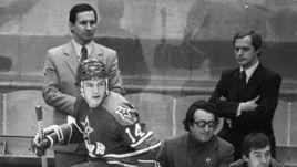 1980-е годы. Борис Шагас (в центре) с двукратным олимпийским чемпионом, защитником Сергеем Стариковым (№ 14) и членами тренерского штаба ЦСКА.