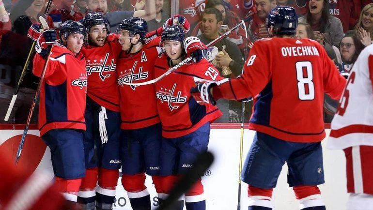 """23 ноября. Вашингтон. """"Вашингтон"""" - """"Детройт"""" - 3:1. Александр Овечкин (спиной) и """"Кэпиталз"""" празднуют победу. Фото Пресс-служба НХЛ."""