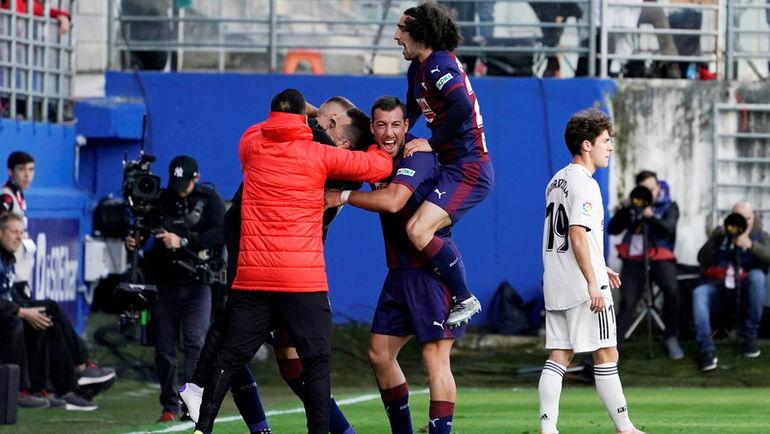 """24 ноября. Эйбар. """"Эйбар"""" - """"Реал"""" - 3:0. Футболисты """"Эйбара"""" празднуют гол. Фото Reuters"""