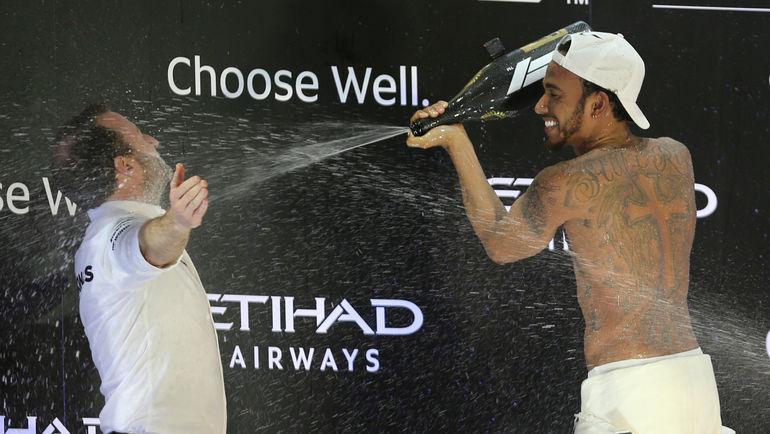 25 ноября. Абу-Даби. Льюис Хэмилтон празлнует победу. Фото REUTERS