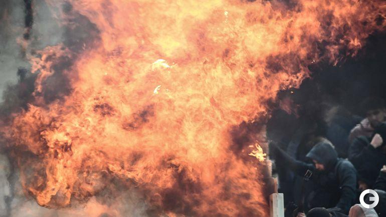 """27 ноября. Афины. Пламя на трибуне фанатов гостей перед игрой АЕК - """"Аякс""""."""