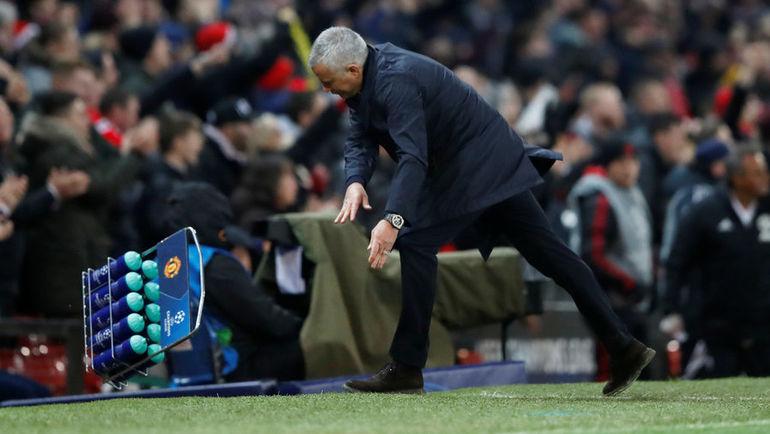 """27 ноября. Манчестер. """"Манчестер Юнайтед"""" - """"Янг Бойз"""" - 1:0. 90+1-я минута. Жозе Моуринью расправляется с бутылками."""