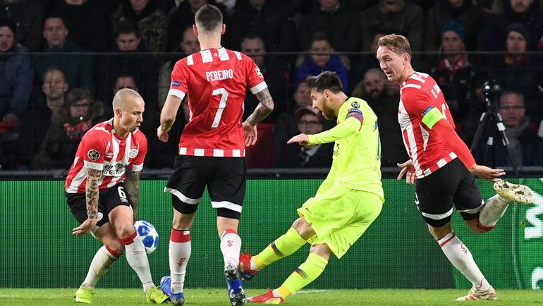 """28 ноября. Эйндховен. ПСВ – """"Барселона"""" – 1:2. Лионель Месси (второй справа) забивает первый гол гостей. Фото Reuters"""