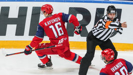 Артур Каюмов (№16) и судьи: в эту пятницу что-то пошло не так.