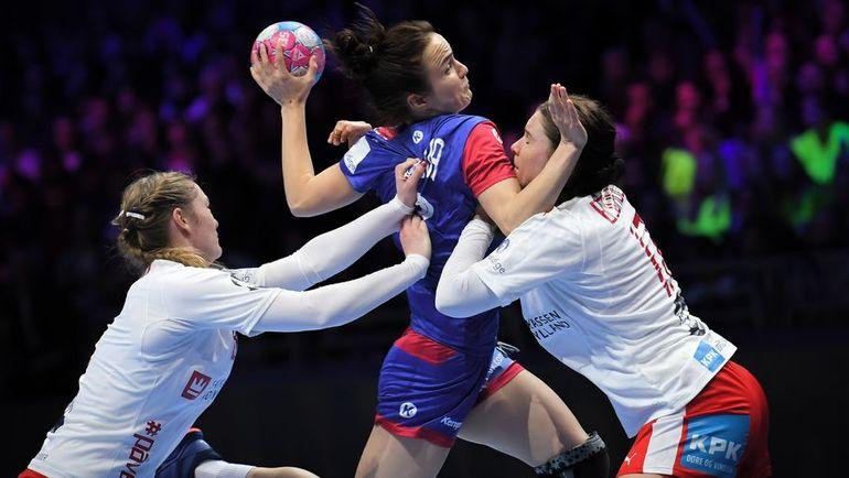 10 декабря. Нант. Дания - Россия - 21:32. Анна Вяхирева (в центре). Фото AFP