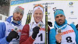Антон Бабиков (слева) в воскресенье продолжил получать медали на Кубке IBU в итальянском Риднауне. Россиянин стал вторым в гонке преследовании и поднялся на подиум с норвежцем Йоханнесом Дале (в центре) и французом Симоном Фуркадом.