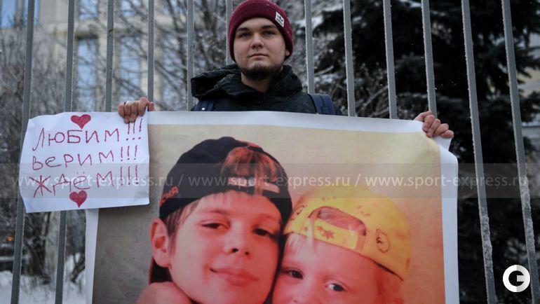 18 декабря. Москва. Болельщик с плакатом в поддержку Кокорина и мамаева у здания Мосгорсуда.