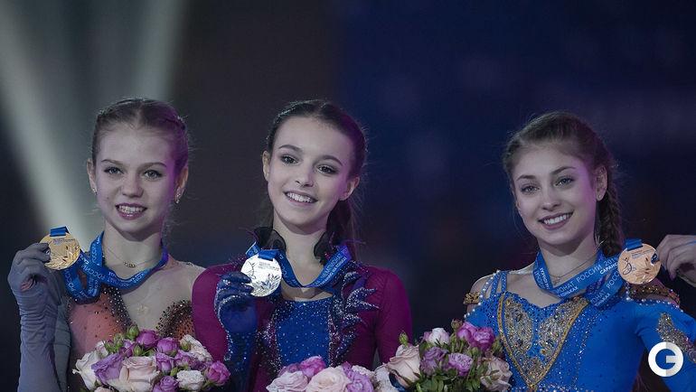 23 декабря. Саранск. Слева направо: Александра Трусова - серебряная медаль, Анна Щербакова - золотая медаль, Алена Косторная - бронзовая медаль во время церемонии награждения.